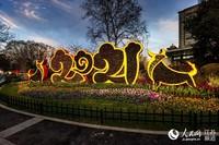 江苏南京:红火饰品迎新春 街头巷尾年味浓。玄建摄