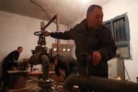 3月20日,在塘尕尔扬水站,顾正礼(右一)和同事进行启泵作业。