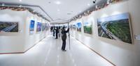 3月22日,观众在观看摄影展。