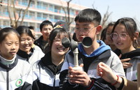 3月22日,山东省临沂市沂南县孙祖镇中学一名学生在做风速实验。新华社发(杜昱葆 摄)