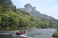 3月22日,游客在武夷山国家公园九曲溪乘竹筏游览。新华社记者 姜克红 摄