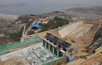 3月23日,工人在秦皇岛市洋河水库除险加固工程溢洪道改扩建工地施工(无人机照片)。
