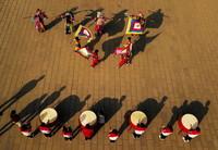 3月23日,贵州省龙里县第三中学师生在排练龙里太平花灯戏(无人机照片)。