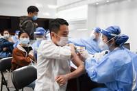 3月25日,医务人员为王府井地区的商户和企业员工接种新冠疫苗。