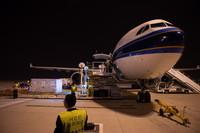 3月26日,在北京大兴机场,疫苗被装载至飞机腹舱。
