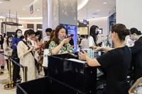 3月25日,消费者在海口日月广场免税店购物。