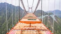 3月27日,工人在贵黄高速公路阳宝山特大桥上施工(无人机照片)。