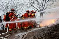 3月26日,森林消防专业人员在枣庄市市中区森林区域进行灭火实战演练。