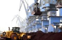 3月28日,在天津港南疆码头,工程车辆和起重机对固体废物进行装船作业。