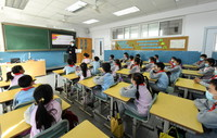3月29日,在北京市海淀区中关村第三小学,北京市公安局公安交通管理局海淀交通支队的民警为学生讲解交通安全知识。