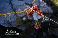 2021年3月28日,江西省九江市消防救援支队在庐山风景区天桥进行救援演练。