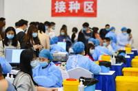 """4月1日,在湖南省湘潭市湖南科技大学的""""方舱接种点"""",湘潭市中心医院的医护人员为师生接种新冠疫苗。"""