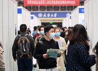 4月2日,学生在天津大学2021年春季大型双选会现场寻找心仪岗位。