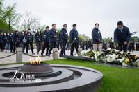 2021年4月2日,人们向南京雨花台烈士纪念碑献花。