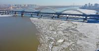 2021年4月4日,哈尔滨松花江道外江段与道里江段大部分江面已完全融化,道外江段几乎看不到冰排流动,道里老头湾附近,已经开始流冰排。