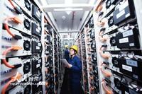 2021年4月7日,国网杭州市萧山区供电公司工作人员在移动储能舱内查看储能设备的运行情况。