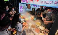 人们在武汉市著名的小吃街户部巷休闲消费(3月28日摄)。新华社记者 程敏 摄
