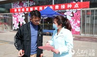 淮安市在大型商场、政务服务中心等多个公共场所设置新冠病毒疫苗接种点,方便市民接种疫苗。赵启瑞摄