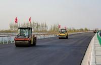 4月7日,贵州桥梁建设集团有限责任公司工人驾驶压路机在京德高速(一期工程)ZT3标段作业。
