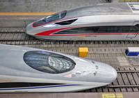 4月9日,一列复兴号动车组列车(上)驶入山东烟台火车站。新华社发(唐克 摄)