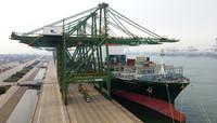4月9日,一艘长荣旗下的货轮停靠天津港装载集装箱(无人机照片)。