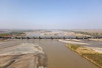 这是4月11日拍摄的乌玛高速公路镇罗黄河特大桥(无人机照片)。