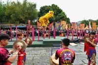 4月10日,舞狮队在展示高桩舞狮技艺。