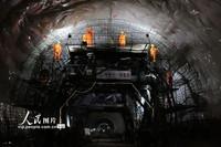 4月12日,中铁十一局建设者在郑万高铁高家坪隧道进行施工。