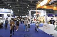 4月12日,客商在展会上参观。