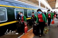 4月13日,游客在乌鲁木齐站准备乘坐旅游专列出疆旅行。