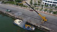 在海南三亚崖州中心渔港,吊车将大型类礁人工苗圃起吊装船(2020年11月18日摄,无人机照片)。