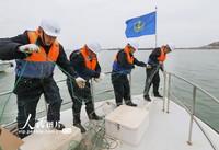 2021年4月13日,江苏连云港海事局执法人员正在连云港主港区清理碍航丝网。