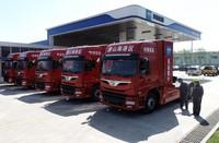 4月14日,在河北唐山海港经济开发区,工作人员在检查准备投入使用的氢燃料电池重卡(无人机照片)。