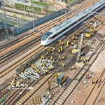 4月15日,河南省郑州市圃田西站52号道岔更换施工现场,工作人员正在拆除旧道岔,铺设新轨枕。