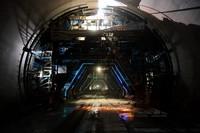 4月16日,中铁大桥局施工人员在南塔山隧道内施工。