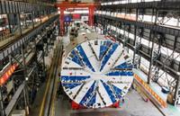 """这是上海隧道机械制造分公司车间内的""""骥跃""""盾构机(4月13日摄,无人机照片 )。"""