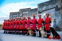 救援队员列队。