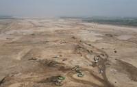 4月19日,中鐵十四局集團的工人在滹沱河生態修復三期工程工地施工(無人機照片)。