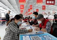 4月19日,在上海中醫藥大學附屬光華醫院,前來接種新冠疫苗的臺胞們在進行預檢和登記。
