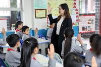 4月20日,婁山關紅軍小學的學生在課堂上舉手。