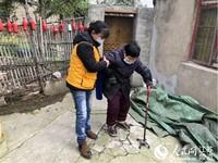 图为街道工作人员为老人带来细心照护。