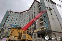 图为拆除山水大酒店违规店招现场 郑运河 摄