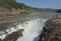 4月28日,游客在山西吉县黄河壶口瀑布景区游览(无人机照片)。
