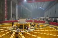 4月27日,工人在白鹤滩水电站机组安装区域作业。