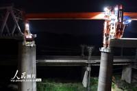 4月30日,安九铁路江西段庐山特大桥最后一孔箱梁等待架设。