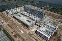 正在进行最后阶段施工的武汉同济航天城医院工地(5月2日摄,无人机照片)。