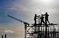 5月2日,中建八局西北公司建设者在呼和浩特新机场项目工地作业。