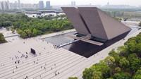 5月3日,游客在合肥渡江战役纪念馆参观游览(无人机照片)。