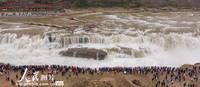 2021年5月2日,游客在山西省临汾市吉县黄河壶口瀑布景区游览观瀑。
