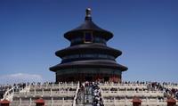 5月4日,游客在天坛公园祈年殿前参观游览。